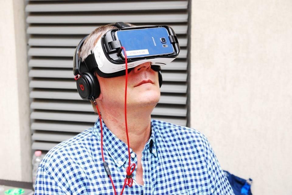Dirk VR szemüveggel_Johanna